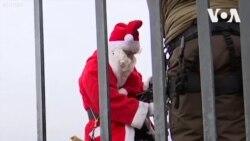 Ông già Noel leo tháp để phát quà