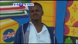Mchoraji Muawiye Sidow wa Somalai afanya michoro kikubwa kutangaza biashara mjini Mogadishu.