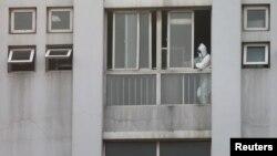中国湖北省武汉市一家医院,一名医护人员从窗口向外望去。(2020年1月20日)