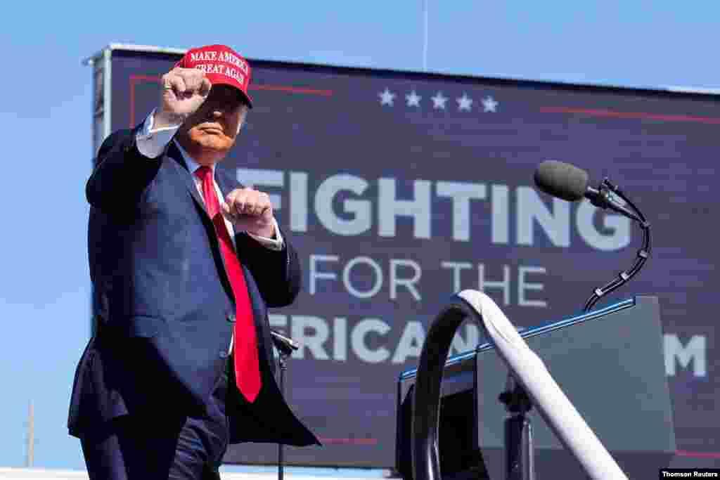 El presidente Trump se dirige al estrado, donde arengó a sus seguidores en el acto de campaña realizado en Phoenix, Arizona, el 28 de octubre de 2020.