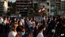 在贝鲁特爆炸现场附近,人们游行纪念死难者。(2020年8月11日)