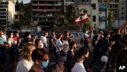 Warga Lebanon berkumpul untuk menghormati 150 korban tewas dalam ledakan dahsyat di Beirut, hari Jumat (11/8).