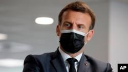 Tổng thống Pháp Emmanuel Macron thăm một trung tâm tiêm chủng ngừa Covid-19 ngày 29/3/2021 tại Creteil, bên ngoài Paris.