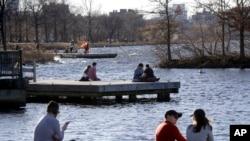 Người dân Boston hóng mát trên cầu tàu tại công viên Charles River Esplanade ở Boston, khi nhiệt độ lên đến gần 70 độ F giữa mùa đông tại Mỹ (ảnh chụp ngày 13/1/2020)