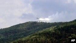 سائیبریا کے جنوبی حصے میں واقع ایک نیشنل پارک کے درختوں پر ایک روسی ہیلی کاپٹر پانی کا سپرے کر رہا ہے۔ 10 جولائی 2020