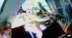 ناسا کی جاری کردہ اس تصویر میں خلاباز کیسی، بین الاقوامی خلائی اسٹیشن کے باہر مرمت کا کام کر رہی ہیں۔ 20 جولائی 2021