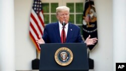 Prezidan Donald Trump ki t ap bay yon pwendeprès sou kowonavirisla Ozetazini nan La Mezoon Blanch lendi 30 mas 2020 an.