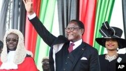 لازاروس چاکورا، رئیس جمهور تازه منتخب مالاوی، در حال استقبال از حامیانش پس از ادای سوگند ریاست جمهوری. ۲۸ ژوئن ۲۰۲۰