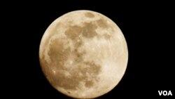 ARCHIVO - Una Luna llena vista desde la capital de Estados Unidos, Washington D.C.