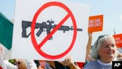 امریکہ میں طویل عرصے سے اسلحہ رکھنے پر پابندی کا معاملہ زیر بحث ہے — فائل فوٹو