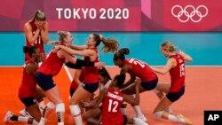 واکنش تیم ملی والیبال زنان آمریکا پس از پیروزی بر برزیل، المپیک توکیو - ۱۷ مرداد ۱۴۰۰