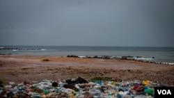 An uncontained garbage dump lies next to Virage Beach in Dakar, Senegal. (A. Hammerschlag/VOA)