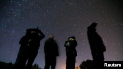 Un grupo de personas observa el cielo con la esperanza de observar un ovni en el desierto de Sedona, EE.UU., el 14 de febrero de 2013.