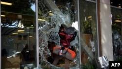Protesters loot shops in Santa Monica, California, May 31, 2020