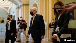 参议院多数党领袖麦康奈尔在表决后离开参议院议事厅。(2020年9月10日)