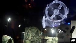 ARCHIVO - Fragmentos del Mecanismo de Anticitera, que se cree es la computadora mecánica más antigua que se conoce y que se exhibe en el Museo Arqueológico de Atenas. Junio 9 de 2016.