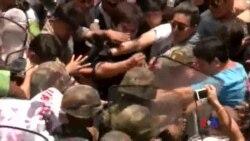 2014-05-25 美國之音視頻新聞: 泰國軍人與反政變示威者發生衝突