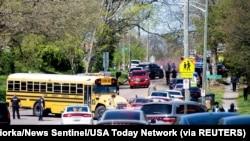 Des agents de police sur les lieux d'une fusillade au lycée Austin-East Magnet à Knoxville, Tennessee, États-Unis, le 12 avril 2021.