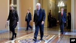 El líder de la mayoría republicana del Senado, Mitch McConnell, camina por el Capitolio durante una pausa en las negociaciones para el paquete de ayuda económica, el 24 de marzo de 2020.