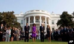 바락 오바마 미국 대통령 부부와 조 바이든 부통령 부부가 지난 2013년 9월 백악관에서 열린 9.11 테러 12주년 추모행사에 참석했다.