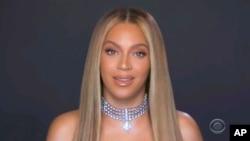 Beyonce akipokea tuzo ya BET .