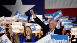 Le sénateur Bernie Sanders avec sa femme Jane, lors d'un meeting de campagne à San Antonio (Texas), le samedi 22 février 2020. (AP Photo/Eric Gay)