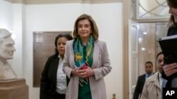 众议院议长佩洛西抵达国会山参加民主党党团会议。(2020年1月14日)