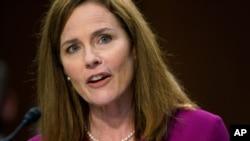 에이미 코니 배럿 미 연방대법관 지명자는 12일 상원 법사위 인준 청문회에서 증언하고 있다.