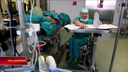 Bị liệt vẫn khám bệnh cứu người