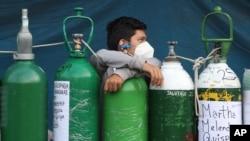 ماہرین کے مطابق آکسیجن کو بنانے کے دو بڑے طریقے ہیں۔ ایک طریقہ یہ ہے کہ اسے ہوا سے الگ کر لیا جاتا ہے اور دوسرے طریقے میں پانی میں سے آکسیجن کو الگ کیا جاتا ہے۔