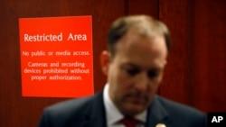 Законодавець Лі Зелдін спілкується зі ЗМІ перед входом до зони підвищеної безпеки у приміщенні Конгресу, де проводяться закриті слухання у рамках процесу щодо імпічменту, 23-го жовтня 2019 року