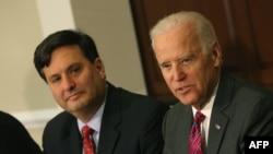 Perezida yatowe Joe Biden ari kumwe na Ron Klain agiye kuzoba umuyobozi w'imilimo mu biro bye.