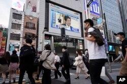 25일 일본 도쿄의 전광판에 아베 신종 일본 총리가 연설하는 장면이 나오고 있다.