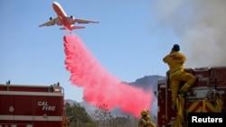 加州消防部門11月1日出動飛機,參加南加州的滅火行動。