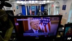 Presiden AS Donald Trump tampak di layar monitor saat merekam pidato perpisahan di Brady Press Briefing Room di Gedung Putih, Washington, Selasa, 19 Januari 2021. (Foto: AP Photo/Gerald Herbert)