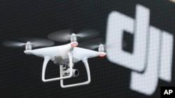 資料照片-由中國大疆創新科技有限公司開發的消費級無人機幻影4在東京做演示飛行。 (2016年3月3日)