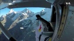 Як парі екстримальних французів майже не вдалося залетіти у літак з гори Альп. Відео