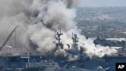 Asap membubung dari kapal AL AS, USS Bonhomme Richard, di Pangkalan AL San Diego, California, 12 Juli 2020.