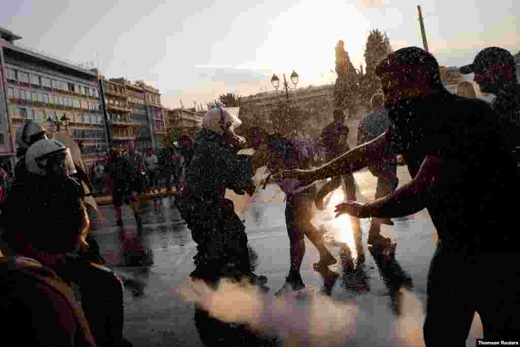 그리스 아테네에서 정부의 코로나 백신 접종 촉구에 반대하는 시위대가 경찰과 충돌했다.