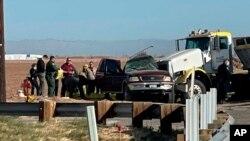 La escena después del accidente vial en Holtville, California, el 2 de marzo del 2021. Foto tomada de KYMA. (KYMA via AP)