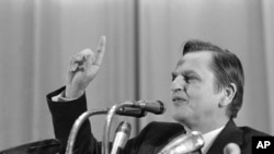 PM Swedia Olof Palme dalam konferensi pers di Moskow, 7 April 1976. (AP Photo/BY)