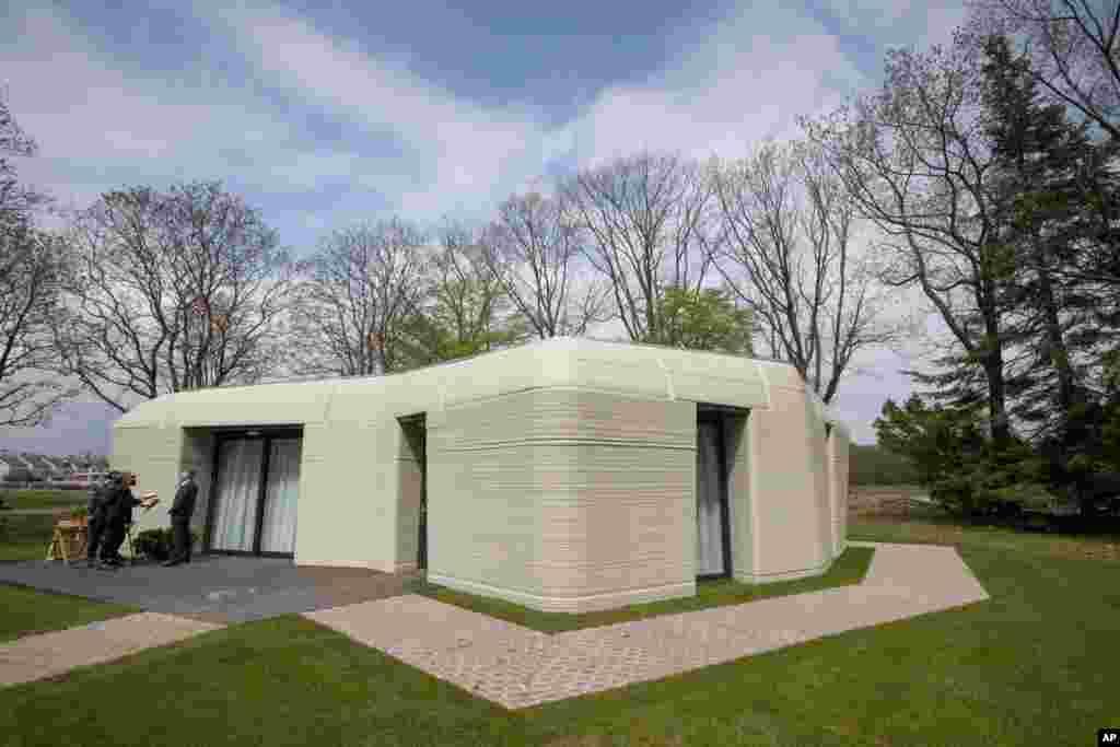 نمای بیرونی یک خانه دو خوابه ساخته شده با چاپگر سه بُعدی، در آیندهوون، هلند
