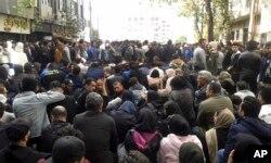 지난 16일 이란 북부 사리에서 정부의 유류 값 인상에 항의하는 대규모 시위가 열렸다.