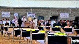 Para pelawat bersiap untuk menguburkan jenazah dari orang-orang Yazidi yang menjadi korban kejahatan yang dilakukan oleh pihak ISIS. Mereka dikebumikan di salah satu pemakaman di Sinjar, Iraq, pada 6 Februari 2021. (Foto: AP)