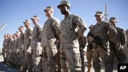 Американские морские пехотинцы на прощальной церемонии в Шорабе, провинция Гельменд. Май 2021 г. (архивное фото)