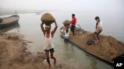 بھارت میں ریت مافیا غیر قانونی طور پر دریا کی تہہ سے ریت نکال کر تعمیراتی شعبے کو فروخت کرتا ہے جس کی رپورٹنگ پر صحافیوں کو قتل تک کر دیا جاتا ہے۔