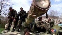 2014-04-16 美國之音視頻新聞: 親俄羅斯武裝分子乘裝甲車進入烏克蘭城鎮