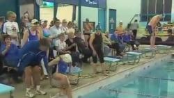 看天下: 耄耋老人创游泳接力纪录