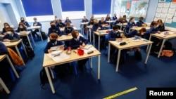 Học sinh đi học trở lại tại Trường Trung học Weaverham ở Cheshire, Anh, ngày 9/3/2021.