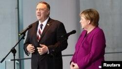 8일 베를린을 방문한 마이크 폼페오 미국 국무장관이 앙겔라 메르켈 독일 총리와 공동기자회견을 했다.